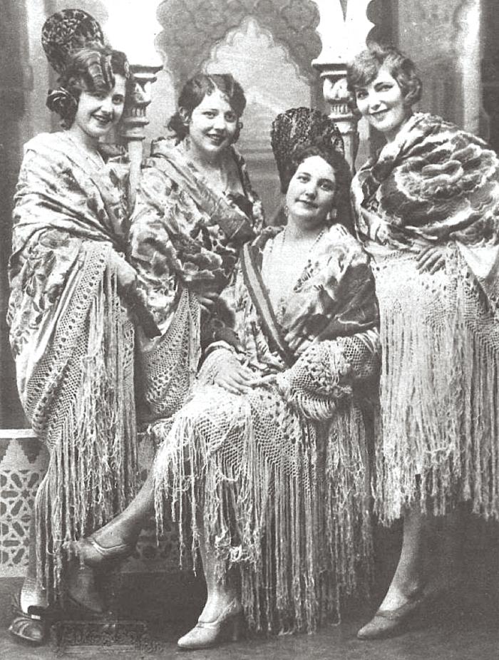 El arte de lucir mantoncillo, el traje de flamenca por